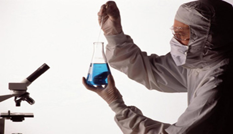 Химик держит в руках колбу